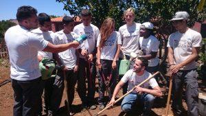Jóvenes del Taller de Agricultura Ecológica siendo entrevistados.